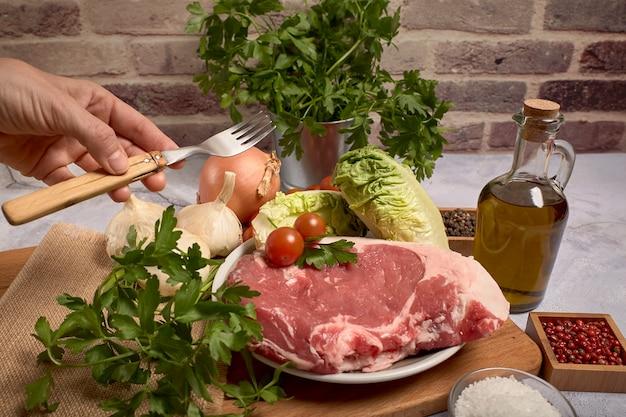 Côtelette de veau rouge sur une assiette sur une planche de bois