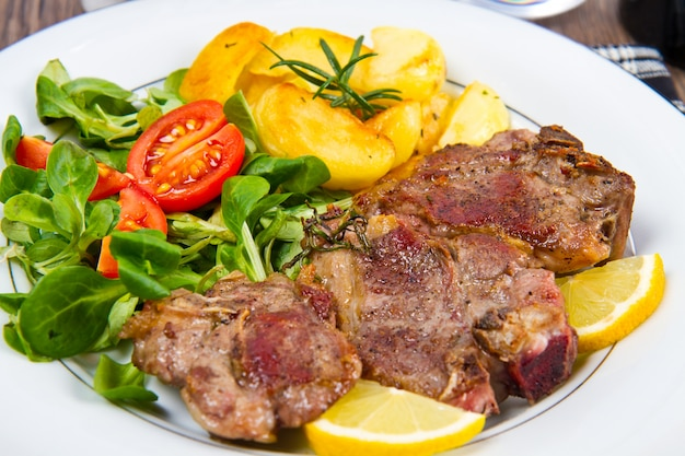 Côtelettes d'agneau aux légumes