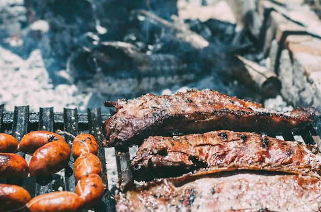 Côtelettes d'agneau grillées au barbecue avec du chourizo