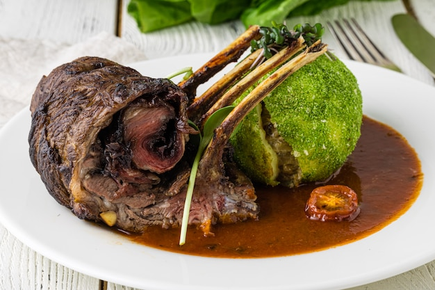 Côtelettes d'agneau grillées biologiques à l'ail et au citron vert