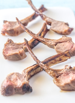 Côtelettes d'agneau grillées sur la plaque