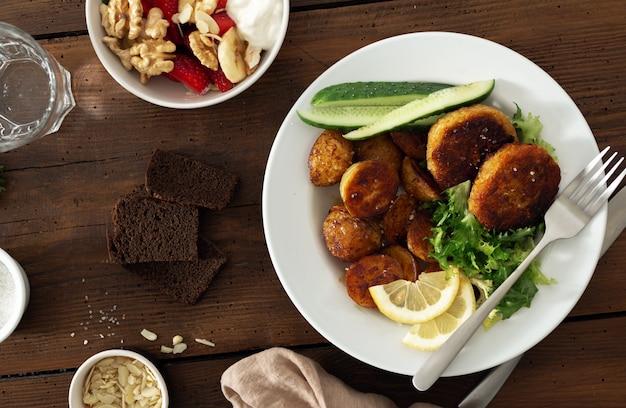 Côtelettes de boeuf fraîches avec pommes de terre nouvelles et salade