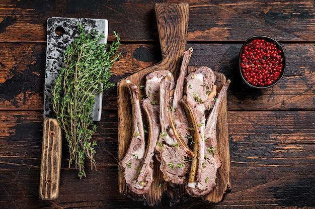 Côtelettes de côtes de mouton d'agneau grillées steaks sur planche de bois