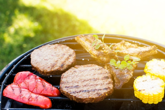 Côtelettes poivre viande maïs sur poêle grill