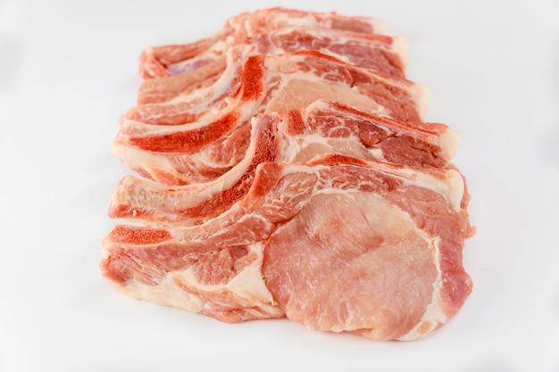Côtelettes de porc fraîches en os isoladet sur fond blanc. fermer.