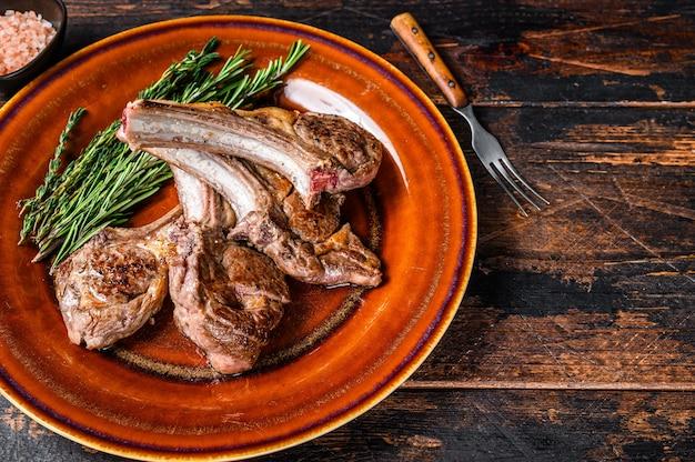 Côtelettes de viande de mouton d'agneau grillé au barbecue sur une assiette
