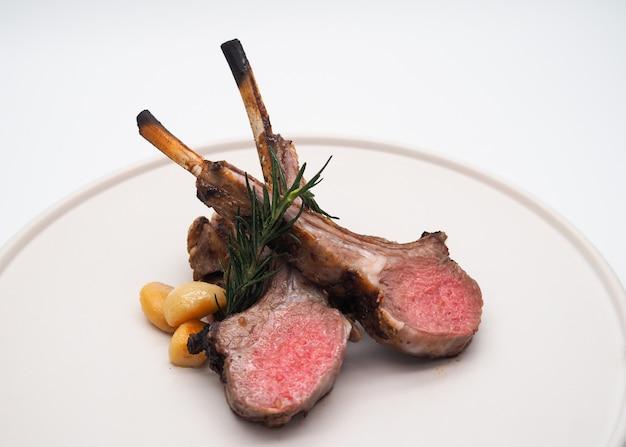 Côtes d'agneau grillées, côtelettes d'agneau grillées, viande grillée