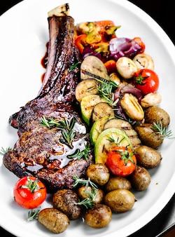 Côtes grillées aux légumes frits