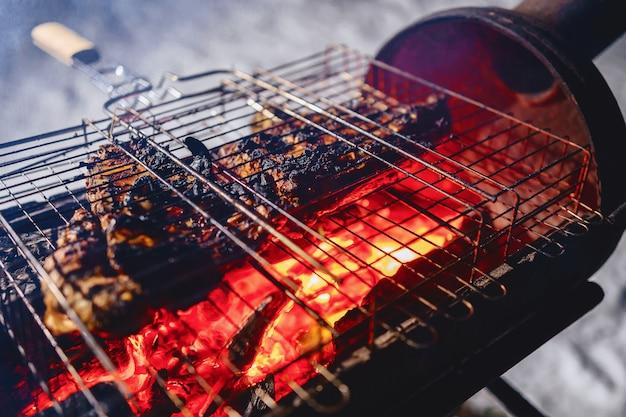 Côtes grillées dans une grille