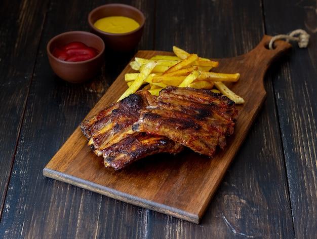 Côtes levées barbecue avec frites. cuisine américaine. gril. un barbecue.