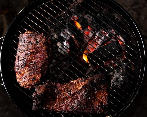 Côtes levées sur barbecue, vue de dessus
