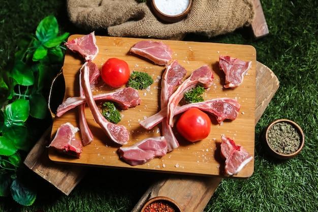 Côtes levées crues sur planche de bois vert sel poivre vue de dessus