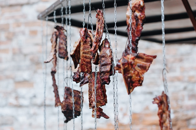 Côtes levées fumées sur chaînes dans le marché de rue