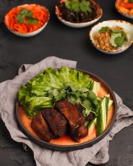 Côtes levées sur le gril aux légumes. cuisine traditionnelle chinoise et coréenne