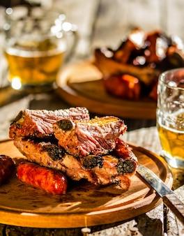 Côtes levées et saucisses de porc au barbecue