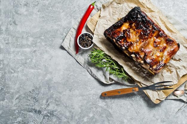 Côtes de porc au barbecue.
