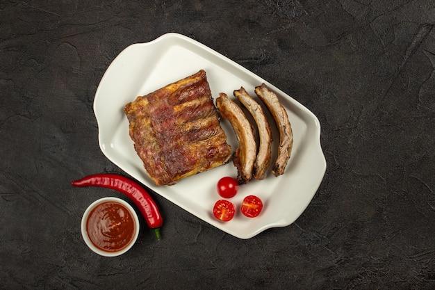 Côtes de porc au four avec sauce et piment, vue du dessus