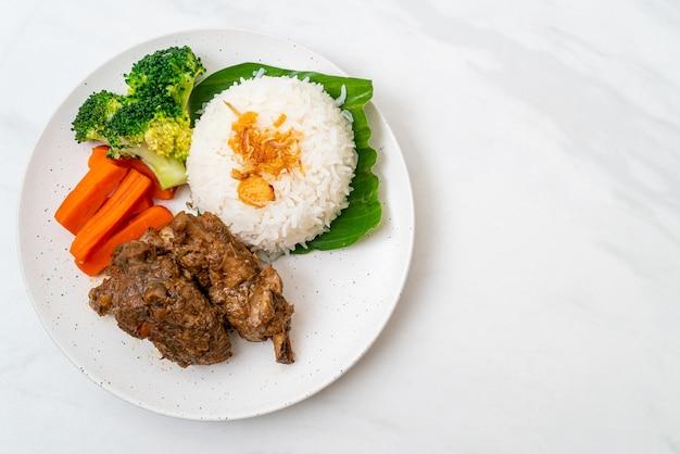 Côtes de porc au four avec sauce et riz