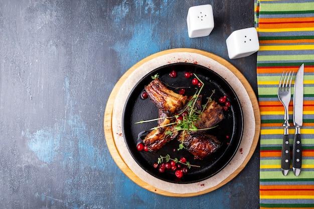Côtes de porc barbecue dans une poêle ronde