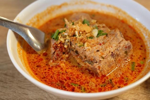 Côtes de porc bouillies dans une soupe de tomyum