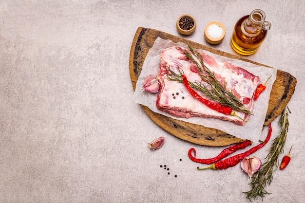 Côtes de porc cru au romarin, piment, ail, sel et huile d'olive