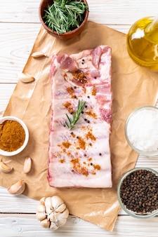 Côtes de porc cru frais prêt à rôtir
