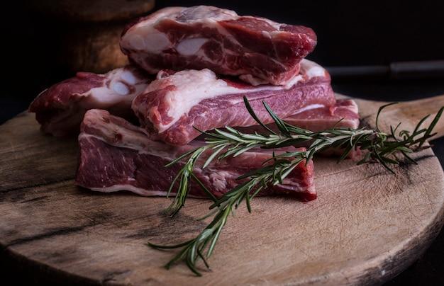 Côtes de porc crues au romarin