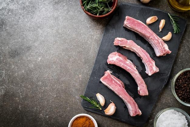 Côtes de porc crues fraîches avec ingrédients