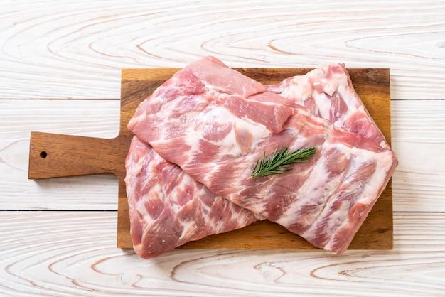 Côtes de porc crues fraîches