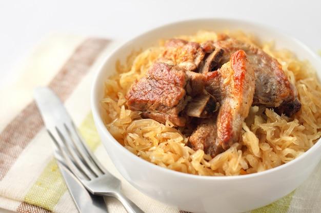 Côtes de porc cuites à la choucroute