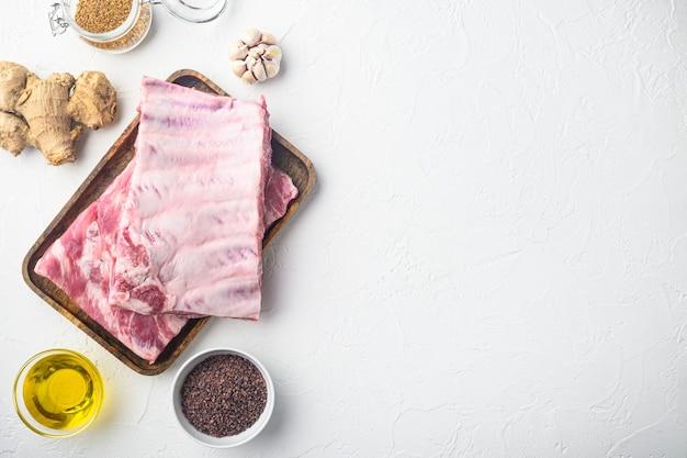 Côtes De Porc Frais Avec Un Ensemble De Romarin, Avec Du Miel, Vue De Dessus à Plat Photo Premium