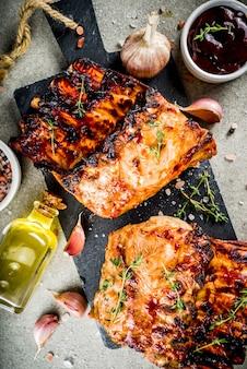 Côtes de porc grillées au barbecue