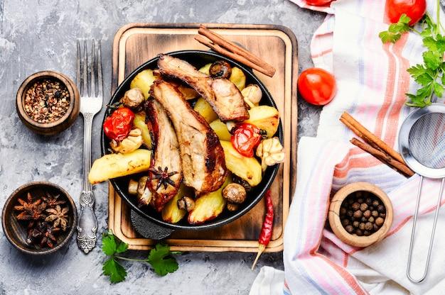 Côtes de porc grillées grillées au barbecue