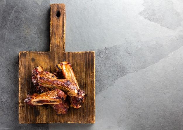 Côtes de porc sur une planche à découper