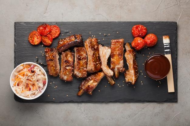 Côtes de porc à la sauce barbecue.
