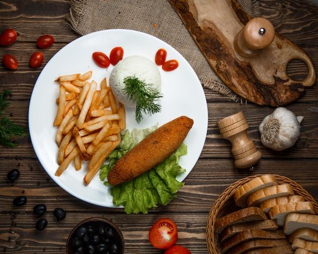 Cotlete kyiv avec frites et riz vue de dessus
