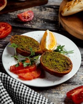 Cotletes frites avec du vert sur la table