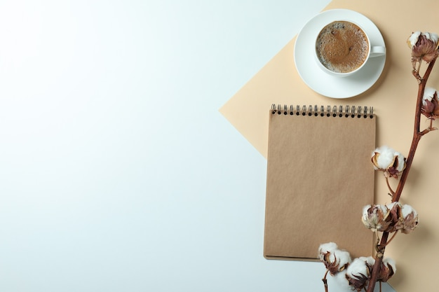 Coton, carnet et tasse de café sur deux tons