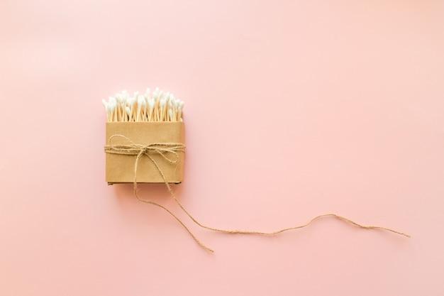 Coton-tige en bambou dans une boîte en papier