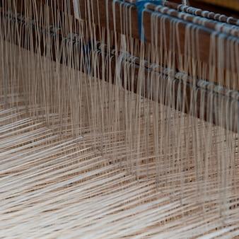 Coton tissé dans un métier à tisser, chiang mai, thaïlande