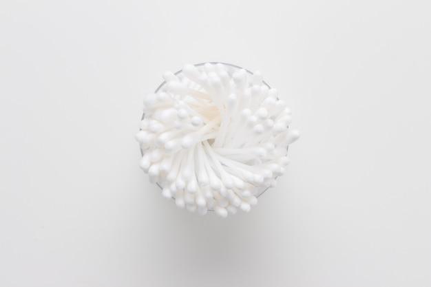 Cotons-tiges coton isolé sur fond blanc
