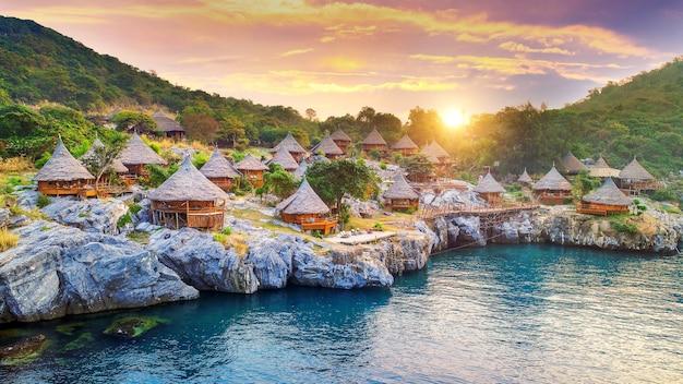 Cottage sur l'île de si chang, thaïlande.