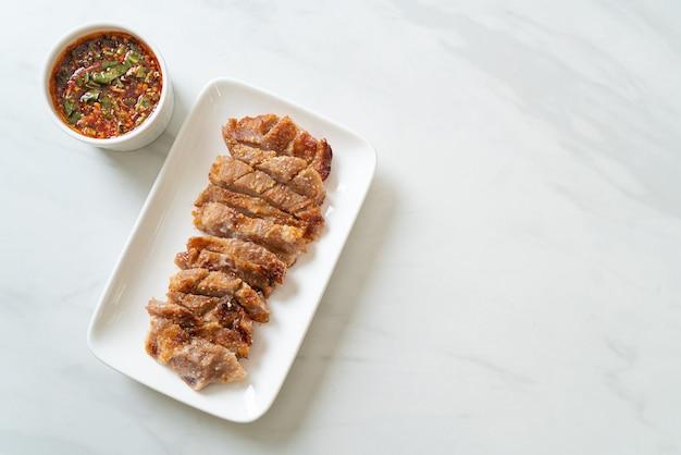 Cou de porc grillé ou cou de porc bouilli au charbon de bois avec trempette thaï épicée