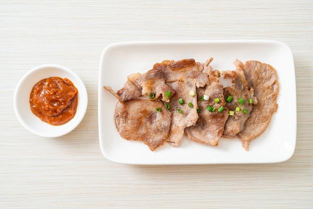 Cou de porc grillé tranché sur plaque de style asiatique