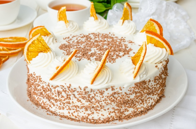 Couche de génoise à la crème d'orange et aux miettes de chocolat