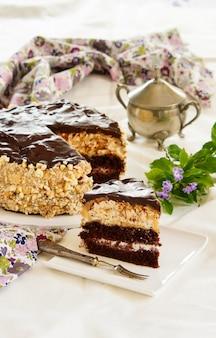Couche de meringue au chocolat et biscuits, crème glacée au chocolat fourrée à la crème au beurre