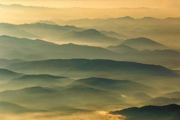 Couche de montagnes et de brume au coucher du soleil, paysage à doi luang chiang dao, haute montagne dans la province de chiang mai, thaïlande