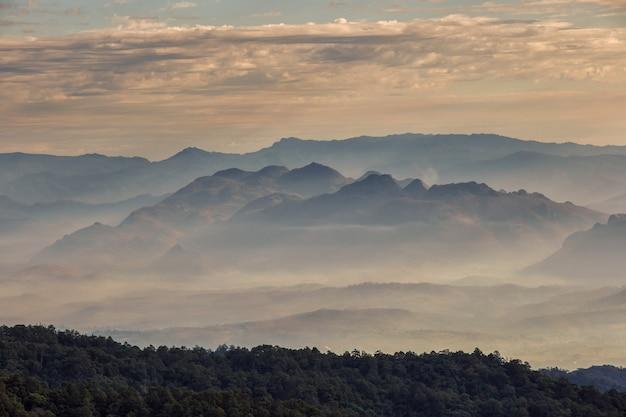 Couche de montagnes et de brume au coucher du soleil, paysage à doi luang chiang dao