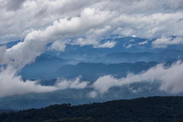 Couche de montagnes et de brume au lever du soleil, paysage sur la colline de monjam, haute montagne dans la province de chiang mai, thaïlande