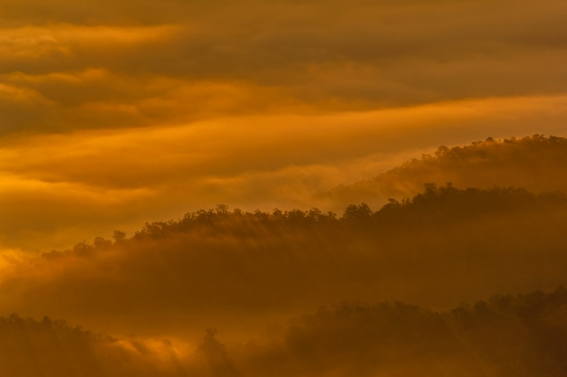 Couche de montagnes dans la brume au lever du soleil, parc national du sri nan, province de nan, thaïlande